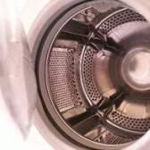 Um cheiro de mofo em uma máquina de lavar de carregamento frontal