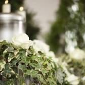 Uma urna pode ser exibido em uma missa católica de um enterro cristão?