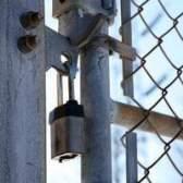 Guia diy anexar um portão de cerca de tijolo
