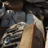 A remoção do tanque de combustível em um toyota corolla 1995