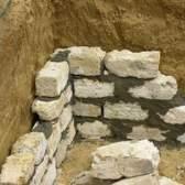 Como faço para reparar paredes de pedra no porão?