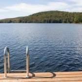 Como anexar uma escada da piscina para um deck