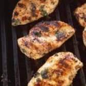 Como assar frango e, em seguida, colocá-lo no churrasco