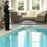 Como limpar a água da piscina nublado que usa um clorador de água salgada