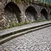 Como criar uma parede de pedra falsa usando concreto