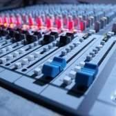 Como ligar os alto-falantes estéreo casa com um misturador