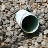 Como instalar uma vala de drenagem em um gramado