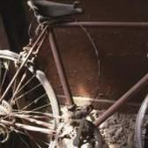 Como instalar ganchos de bicicleta na garagem