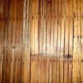 Como colocar o revestimento de madeira de pinho no concreto