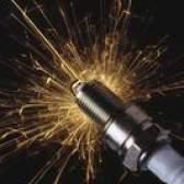 Como apertar as velas de ignição do motor de popa para o torque apropriado