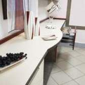 Ideias de cozinha: armários de parede completos e uma mesa de built-in