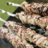 O corte de carne de porco para usar para kabobs