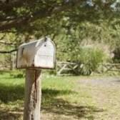 Qual é a diferença entre o correio chão de correspondência ou correio aéreo?
