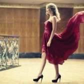 Que maquiagem para usar com um vestido de baile vermelho