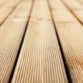 O que usar para limpar a seiva do pinho fora de uma plataforma de madeira