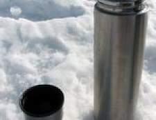 Limpeza uma garrafa térmica de aço inoxidável