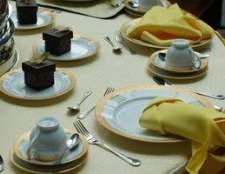 Decorar uma mesa redonda para um casamento