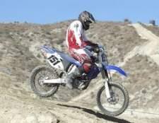 Como faço para mudar a velocidade de marcha lenta com uma Yamaha 250?