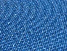 Como faço para remover uma mancha de minha lona da piscina de vinil?
