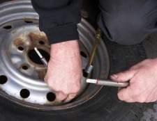 Como ajustar os freios traseiros em um Ford Escort