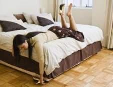 Como decorar pequena sala para incluir uma cama queen-size