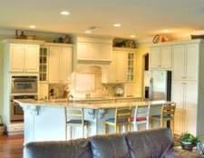 Como decorar o espaço acima dos armários de cozinha