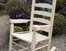 Como pintar uma cadeira de balanço de madeira do lado de fora