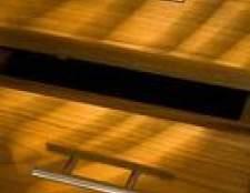 Como refinish mobiliário em pinho que tem sido manchado