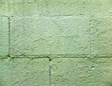 Como parafuso pregos em uma parede do bloco