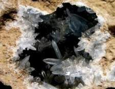 Como forma cristais de quartzo em bruto para cacos