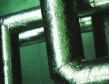 Instalação de isolamento de espuma na tubulação de água