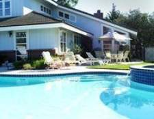 É seguro para colocar água sanitária em uma piscina?